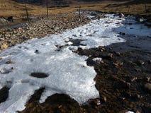Halna jezioro pokrywa z lodem Zdjęcia Stock