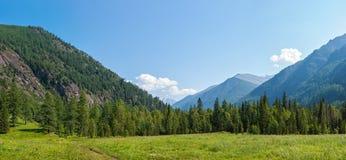 Halna panorama blisko rzecznego Kucherla Obraz Royalty Free