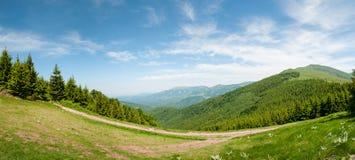 Halna panorama na jasnym letnim dniu Obrazy Stock