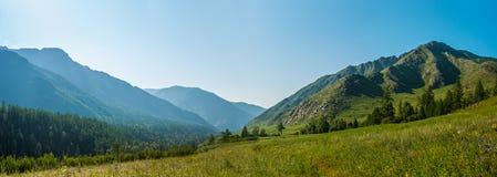 Halna panorama rzeczny Kucherla Zdjęcie Stock