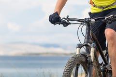 Halna rowerzysta jazda na rowerze przy lato górami i morzem obrazy stock