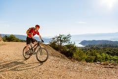Halna rowerzysta jazda na rowerze przy morzem obrazy royalty free