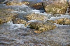 Halna rzeka, czysta woda Obrazy Stock
