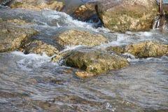 Halna rzeka, czysta woda Zdjęcie Royalty Free