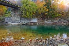 Halna rzeka i kolejowy most w jesieni przy zmierzchem Zdjęcia Stock