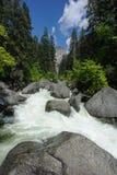 Halna rzeka i w Yosemite duży kamienie Zdjęcia Stock