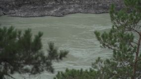 Halna rzeka na chmurnym dniu zbiory