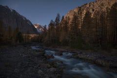 Halna rzeka na tle wieczór jesieni krajobraz Obrazy Royalty Free