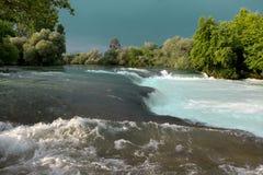 Halna rzeka, piękna halna tłum woda Wodni gwałtowni Halna rzeka, lasowej zieleni gwałtownego siklawa Obrazy Royalty Free