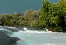 Halna rzeka, piękna halna tłum woda Wodni gwałtowni Halna rzeka, lasowej zieleni gwałtownego siklawa Zdjęcia Royalty Free