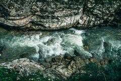 Halna rzeka wśród skał, odgórny widok Zdjęcia Royalty Free