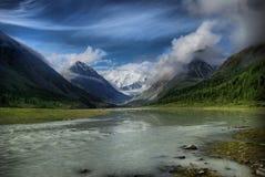Halna rzeka w górach Prąd przez wąwozu rzeka Kamienie i skalista ziemia blisko rzeki Piękna góra Zdjęcia Royalty Free