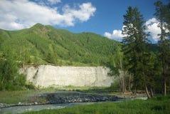 Halna rzeka w górach Prąd przez wąwozu rzeka Kamienie i skalista ziemia blisko rzeki Piękna góra Obraz Royalty Free