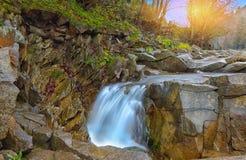 Halna rzeka w jesieni przy zmierzchem Fotografia Royalty Free