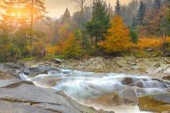 Halna rzeka w jesieni przy zmierzchem Zdjęcie Royalty Free