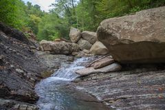 Halna rzeka w kamienia bad Obrazy Stock