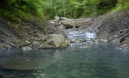 Halna rzeka w kamiennym łóżku Zdjęcie Royalty Free