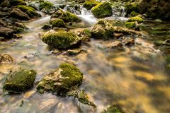Halna rzeka z kaskadowymi i ogromnymi skałami Zdjęcia Royalty Free