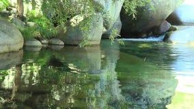 Halna rzeka z krystaliczną błękitną turkus wodą zbiory