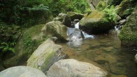Halna rzeka z kryształem - jasna woda, turystyka zbiory