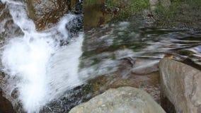 Halna rzeka z kryształem - jasna woda, turystyka zdjęcie wideo