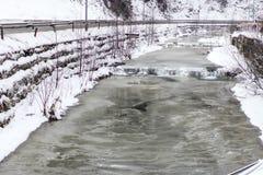 Halna rzeka z małą siklawą w zimie Zdjęcia Royalty Free