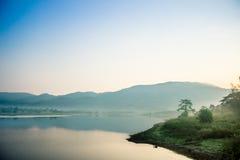 Halna rzeka z mgłą i las na tle zdjęcia royalty free