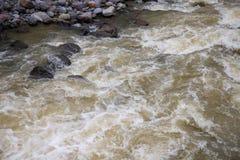 Halna rzeka z post wody prądem Wody rzecznej fotografii tekstura Zielona rzeka w zwrotnikach tapetowych Obraz Stock