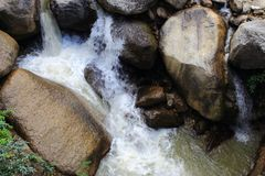 Halna rzeka z siklawą wśród bloków kamienie w indyjskiej dżungli Obrazy Royalty Free