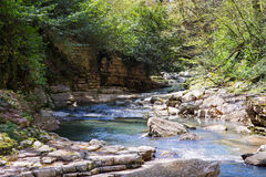 Halna rzeka z siklawą Zdjęcia Stock