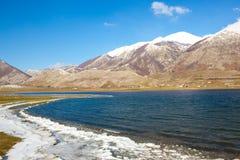 Halna sceneria z zimnym jeziorem Obraz Stock