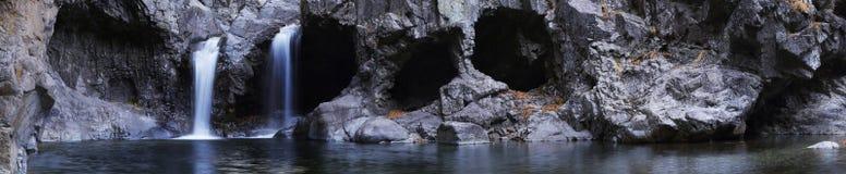 Halna siklawa otaczająca jaskiniowym i grotami Zdjęcia Stock