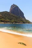 Halna Sugarloaf rewolucjonistki plaża, Rio De Janeiro, b (Praia Vermelha) Obrazy Stock