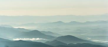 Halna warstwa w ranku wschodu słońca promieniu i zimy mgle Zdjęcie Stock