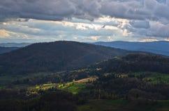 Halne łąki przy jesienią iluminującą promieniem światło, Radocelo góra obraz stock