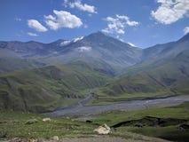 Halne góry kształtują teren rzecznych Caucasus bazardjuzju nieba cloudes obrazy stock