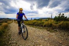Halne jechać na rowerze kobiety jedzie na rowerze w lato górach lasowych zdjęcie royalty free