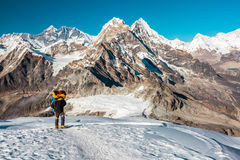 Halnego arywisty dużej wysokości szczytu wstępujący odprowadzenie na Śnieżnym terenie Zdjęcia Stock