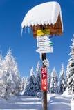 Halnego śladu znak z kierunkami i czasem wycieczkować lub narciarstwa Zdjęcia Stock