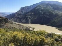 Halnego szczytu pasma krajobraz Zielony pasmo górskie widok zdjęcia royalty free