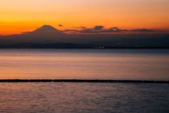 Halnej Fuji i Enoshima wyspy zmierzch wyrzucać na brzeg w Kanagawa, Japonia obraz royalty free