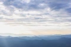 Halnej miękkiej mgły zmierzchu sceniczny ranek przy thongphaphum, kanchanaburi fotografia royalty free