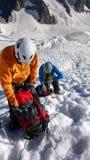 Halni arywiści biorą przerwy wysokość w górę lodowa w Francuskich Alps dalej obraz royalty free