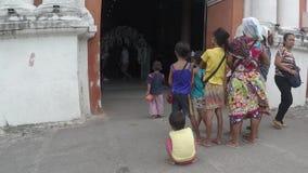 Halni dzieci gypsies ogląda ślubnego wydarzenie zdarzać się wśrodku portalu stary kościół rzymsko-katolicki od zbiory