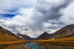 Halni krajobrazy Burkan rzeki dolina Kirgistan obrazy royalty free