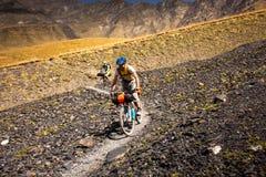 Halni rowerzyści podróżują w średniogórzach Tusheti Regio Zdjęcia Stock