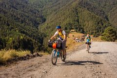 Halni rowerzyści podróżują w średniogórzach Tusheti Regio Obrazy Royalty Free