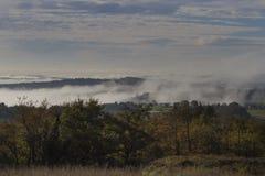 Halni skłony w mgle zdjęcie royalty free