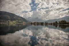 Halni szczyty, bufiaste chmury i Zeller jeziorni widoki od Zell am, Widzią, Austria Zdjęcia Stock