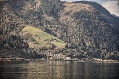 Halni szczyty, bufiaste chmury i Zeller jeziorni widoki od Zell am, Widzią, Austria Obrazy Royalty Free